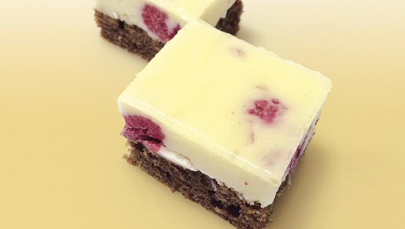 Pastel de chocolate blanco y frambuesas