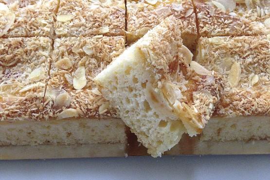 Plancha de crema de melocotón con crujiente de almendras y coco